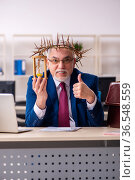 Old male employee wearing prickly wreath in time management concept. Стоковое фото, фотограф Elnur / Фотобанк Лори