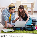 Young pair packing for summer vacation travel. Стоковое фото, фотограф Elnur / Фотобанк Лори