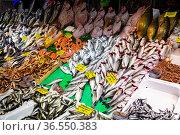 Fresh sea fish for sale on counter in Istanbul bazaar. Стоковое фото, фотограф Яков Филимонов / Фотобанк Лори