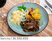 Rabbit liver with boiled potatoes and sauerkraut. Стоковое фото, фотограф Яков Филимонов / Фотобанк Лори