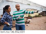 Couple of farmers discussing on farm backyard. Стоковое фото, фотограф Яков Филимонов / Фотобанк Лори