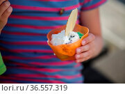 Kleiner Junge im Sommer mit Becher voll Eiscreme. Стоковое фото, фотограф Zoonar.com/Nailia Schwarz / age Fotostock / Фотобанк Лори