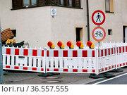 Gesperrter Gehweg, evakuiertes Haus. Auch über die Fastnachtstage... Стоковое фото, фотограф Zoonar.com/Joachim Hahne / age Fotostock / Фотобанк Лори