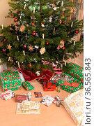 Geschenke, Weihnachtsbaum, geschenk, weihnachtsgeschenk, weihnachtsgeschenke... Стоковое фото, фотограф Zoonar.com/Volker Rauch / easy Fotostock / Фотобанк Лори