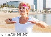 Mature woman training on beach. Стоковое фото, фотограф Татьяна Яцевич / Фотобанк Лори