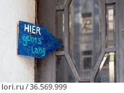 Symbolbild: handgemaltes blaues Schild: Hier geht's lang. Стоковое фото, фотограф Zoonar.com/Robert B. Fishman / age Fotostock / Фотобанк Лори
