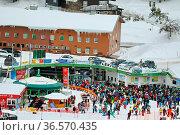 Skifahrer aus dem In- und Ausland tummeln sich Tag für Tag am Seebuck... Стоковое фото, фотограф Zoonar.com/Joachim Hahne / age Fotostock / Фотобанк Лори
