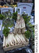 Espárragos ingleses en venta en el Borough Market, Southwark, Londres... Стоковое фото, фотограф Eduardo Dreizzen / age Fotostock / Фотобанк Лори