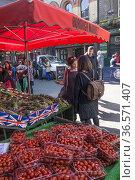 Puesto de venta de verduras en la entrada del Borough Market, Southwark... (2017 год). Редакционное фото, фотограф Eduardo Dreizzen / age Fotostock / Фотобанк Лори