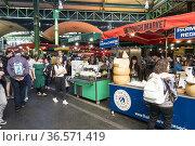 Pasillo y puestos de venta de comida en el Borough Market, Southwark... (2019 год). Редакционное фото, фотограф Eduardo Dreizzen / age Fotostock / Фотобанк Лори