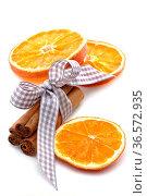 Orangenscheiben, Zimtstangen mit Schleife und Sternanis freigestellt. Стоковое фото, фотограф Zoonar.com/Petra Schüller / easy Fotostock / Фотобанк Лори