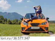 Jung hübsche Frau lässt sich stolz mit ihrem neuen Wagen fotografieren. Стоковое фото, фотограф Zoonar.com/Hans Eder / easy Fotostock / Фотобанк Лори
