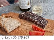 Brotzeit mit typischer averser Salsica, Wurst, Graubünden, Schweiz... Стоковое фото, фотограф Zoonar.com/Günter Lenz / age Fotostock / Фотобанк Лори
