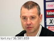 Trainer Serge Aubin (Hamburg) bei der Pressekonferenz nach dem Spiel... Стоковое фото, фотограф Zoonar.com/Joachim Hahne / age Fotostock / Фотобанк Лори