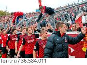 Die Freiburger Spieler bedanken sich artig in Fankurve / Fans / Fanblock... Стоковое фото, фотограф Zoonar.com/Joachim Hahne / age Fotostock / Фотобанк Лори