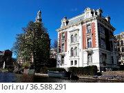 Villa am Ufer einer Gracht in Amsterdam, Niederlande. Mansion at ... Стоковое фото, фотограф Zoonar.com/Dirk Rueter / age Fotostock / Фотобанк Лори