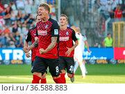 Mike Frantz (Freiburg) bejubelt den führungstreffer 2. Fussball-BL... Стоковое фото, фотограф Zoonar.com/Joachim Hahne / age Fotostock / Фотобанк Лори