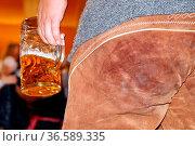 Eine Maß Bier in der Hand, die Lederhose schon leicht (gekennzeichnet... Стоковое фото, фотограф Zoonar.com/Joachim Hahne / age Fotostock / Фотобанк Лори