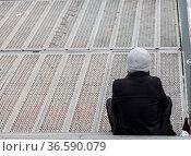 Mann sitzt an einem trostlosen Sonntag Morgen auf den Stufen eines... Стоковое фото, фотограф Zoonar.com/Karl Heinz Spremberg / age Fotostock / Фотобанк Лори