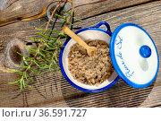 Schale mit Fleur de Sel Salz und Rosmarin Zweige. Стоковое фото, фотограф Zoonar.com/Thomas Klee / easy Fotostock / Фотобанк Лори