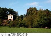 Der Park an der Ilm in Weimar mit dem Römischen Haus. Стоковое фото, фотограф Zoonar.com/Martina Berg / easy Fotostock / Фотобанк Лори