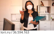 Hispanic businesswoman in protective face mask holding folder with papers, writing tasks and instructions. New life reality during pandemic. Стоковое видео, видеограф Яков Филимонов / Фотобанк Лори
