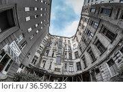 Abrisshaus in einem Hinterhof im Berliner Bezirk Schöneberg. Стоковое фото, фотограф Zoonar.com/Karl Heinz Spremberg / age Fotostock / Фотобанк Лори