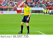 Schiedsrichter Wolfgang Stark (Landshut), Fussball: 2. BL 15-16: ... Стоковое фото, фотограф Zoonar.com/Joachim Hahne / age Fotostock / Фотобанк Лори