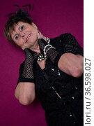 Oberkörperaufnahme einer weiblichen Seniorin im elegenten schwarzem... Стоковое фото, фотограф Zoonar.com/Eder Christa / age Fotostock / Фотобанк Лори