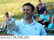 Skisprung-Bundestrainer Werner Schuster beim Maßkrug stemmen bei ... Стоковое фото, фотограф Zoonar.com/Joachim Hahne / age Fotostock / Фотобанк Лори