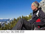 Mann geniesst nach der Ankunft auf einem Gipfel die kurze Rast und... Стоковое фото, фотограф Zoonar.com/Eder Christa / easy Fotostock / Фотобанк Лори
