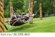 Besucher im Park entspannen in Hängematten. Стоковое фото, фотограф Zoonar.com/Karl Heinz Spremberg / easy Fotostock / Фотобанк Лори