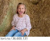 8-Mädchen sitzt im Heu und schreit, Deutschland. Стоковое фото, фотограф Zoonar.com/Karl Heinz Spremberg / easy Fotostock / Фотобанк Лори