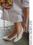 Junge Braut überprüft den Sitz ihres Brautschuhes. Стоковое фото, фотограф Zoonar.com/Hans Eder / age Fotostock / Фотобанк Лори
