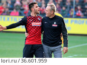 Beifall von den Fans und Lob vom Trainer: v.li. Vincenzo Grifo (Freiburg... Стоковое фото, фотограф Zoonar.com/Joachim Hahne / age Fotostock / Фотобанк Лори