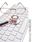 Stethoskop und Brille liegen auf moderner Computertastatur. Стоковое фото, фотограф Zoonar.com/Thomas Klee / easy Fotostock / Фотобанк Лори