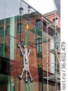 700 Kilogramm schwere Glasscheibe wird von einem Kran angehoben und... Стоковое фото, фотограф Zoonar.com/Karl Heinz Spremberg / age Fotostock / Фотобанк Лори