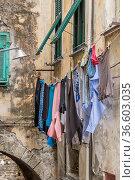 Italienische Impressionen - Wäsche flattert hoch über den Fussgängern... Стоковое фото, фотограф Zoonar.com/Eder Christa / age Fotostock / Фотобанк Лори