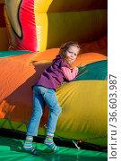 Auf einem Volksfest haben Kinder viel Spaß in einer Hüpfburg. Стоковое фото, фотограф Zoonar.com/Erwin Wodicka / age Fotostock / Фотобанк Лори