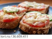 Горячие бутерброды с майонезом, помидорами, огурцом и натертым сыром. Стоковое фото, фотограф Румянцева Наталия / Фотобанк Лори