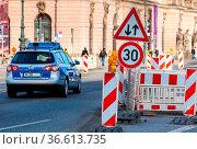 Polizeifahrzeug an einer Baustelle mit Tempolimit. Стоковое фото, фотограф Zoonar.com/Karl Heinz Spremberg / age Fotostock / Фотобанк Лори