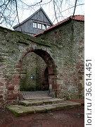 Durchgang in der Außenmauer der Burg Blomberg (Kreis Lippe, NRW) Стоковое фото, фотограф Zoonar.com/Martina Berg / easy Fotostock / Фотобанк Лори