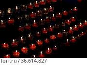 Kerzen, kerze, kirche, brennen, flamme, licht, wärme, hoffnung, trauer... Стоковое фото, фотограф Zoonar.com/Volker Rauch / easy Fotostock / Фотобанк Лори