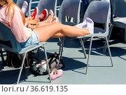 Die hochgelegten Beine einer Jugendgruppe während einer Dampferfahrt... Стоковое фото, фотограф Zoonar.com/Karl Heinz Spremberg / age Fotostock / Фотобанк Лори