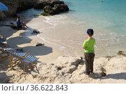 Blaue Lagune auf Comino: Junge schaut auf den Strand Foto: Robert... Стоковое фото, фотограф Zoonar.com/Robert B. Fishman / age Fotostock / Фотобанк Лори