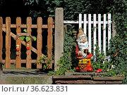 Gartenpforte mit Zwerg in Fürstenberg. Стоковое фото, фотограф Zoonar.com/Martina Berg / easy Fotostock / Фотобанк Лори