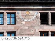 Sonnenuhr , Nürnberg, sonne, uhr, fassade, haus, hausfassade, detail... Стоковое фото, фотограф Zoonar.com/Volker Rauch / easy Fotostock / Фотобанк Лори