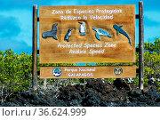Hinweisschild im Nationalpark Galapagos, Ekuador zum Schutz der Tiere. Стоковое фото, фотограф Zoonar.com/Simone Buehring / easy Fotostock / Фотобанк Лори