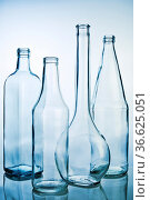 Fünf Glasflaschen in einer Reihe. Стоковое фото, фотограф Zoonar.com/ironjohn / easy Fotostock / Фотобанк Лори
