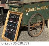 Alter Postwagen als Deko vor einem Straßencafé in Nantes, Foto: Robert... Стоковое фото, фотограф Zoonar.com/Robert B. Fishman / age Fotostock / Фотобанк Лори